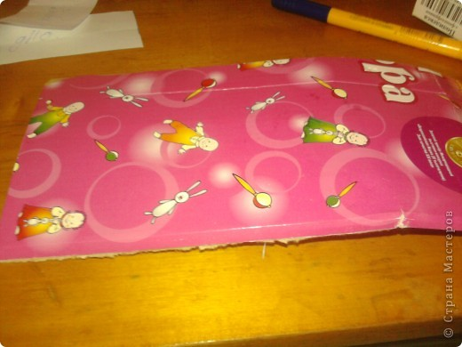 Дочке сегодня подарили Барби с детками вот она и попросила сделать ей кроватку для пупсов. Для работы понадобился картон,клей,шаблоны самой кроватки и кусочки ткани для простынки подушечки и одеяло фото 3