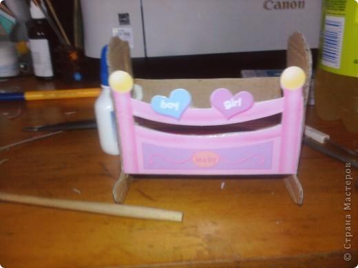 Дочке сегодня подарили Барби с детками вот она и попросила сделать ей кроватку для пупсов. Для работы понадобился картон,клей,шаблоны самой кроватки и кусочки ткани для простынки подушечки и одеяло фото 6