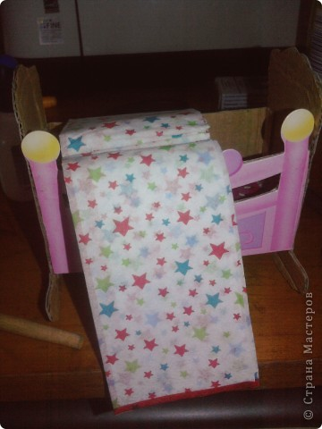 Дочке сегодня подарили Барби с детками вот она и попросила сделать ей кроватку для пупсов. Для работы понадобился картон,клей,шаблоны самой кроватки и кусочки ткани для простынки подушечки и одеяло фото 7