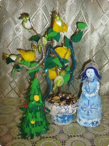 Вот часть подарочков. Конфетное дерево - от меня. Ёлка (она уже была в блоге)) и снегурка - брата(7 лет). фото 1