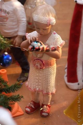 Первоначально вязала просто белое платье для дочки. фото 4