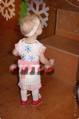 Первоначально вязала просто белое платье для дочки. фото 5
