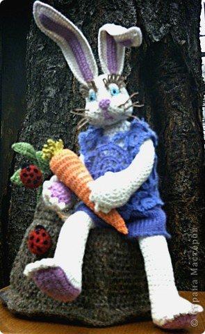 Зайка с морковкой на пеньке... фото 1