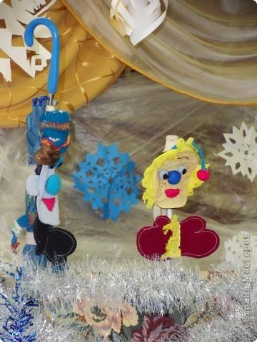 Спектакль про варежку, которая потерялась в новогоднюю ночь.  Куклы сшили сами на кружке.  Очень интересно играли мои дети из 6 класса. Показали для 1,2,3,4 классов. Я думаю, будет интересно посмотреть и деткам в детском саду, хотя и 5 классу полезно...  Поучительная история. Если кому надо, дам сценарий.   Наши герои: Елочка и варежка. Куклы перчаточные. фото 4
