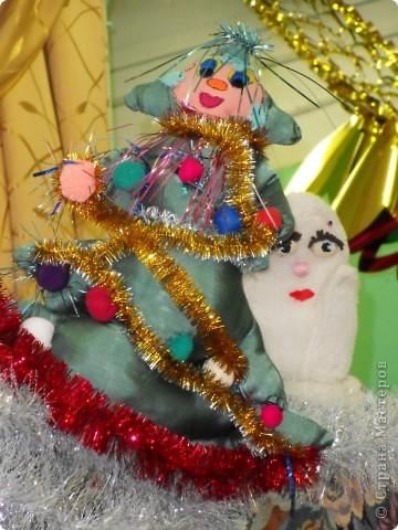 Спектакль про варежку, которая потерялась в новогоднюю ночь.  Куклы сшили сами на кружке.  Очень интересно играли мои дети из 6 класса. Показали для 1,2,3,4 классов. Я думаю, будет интересно посмотреть и деткам в детском саду, хотя и 5 классу полезно...  Поучительная история. Если кому надо, дам сценарий.   Наши герои: Елочка и варежка. Куклы перчаточные. фото 1