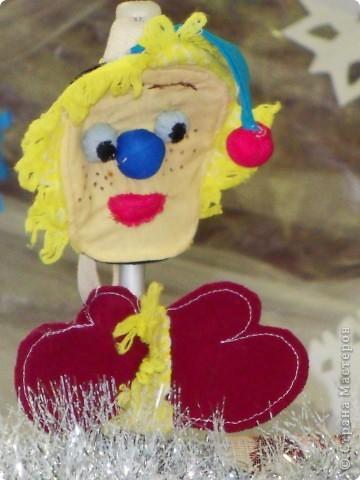 Спектакль про варежку, которая потерялась в новогоднюю ночь.  Куклы сшили сами на кружке.  Очень интересно играли мои дети из 6 класса. Показали для 1,2,3,4 классов. Я думаю, будет интересно посмотреть и деткам в детском саду, хотя и 5 классу полезно...  Поучительная история. Если кому надо, дам сценарий.   Наши герои: Елочка и варежка. Куклы перчаточные. фото 5