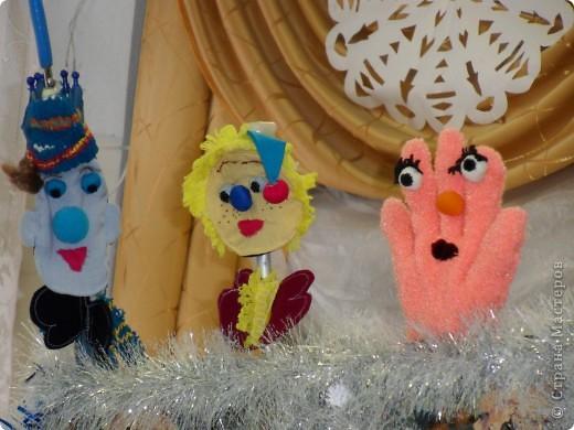 Спектакль про варежку, которая потерялась в новогоднюю ночь.  Куклы сшили сами на кружке.  Очень интересно играли мои дети из 6 класса. Показали для 1,2,3,4 классов. Я думаю, будет интересно посмотреть и деткам в детском саду, хотя и 5 классу полезно...  Поучительная история. Если кому надо, дам сценарий.   Наши герои: Елочка и варежка. Куклы перчаточные. фото 6