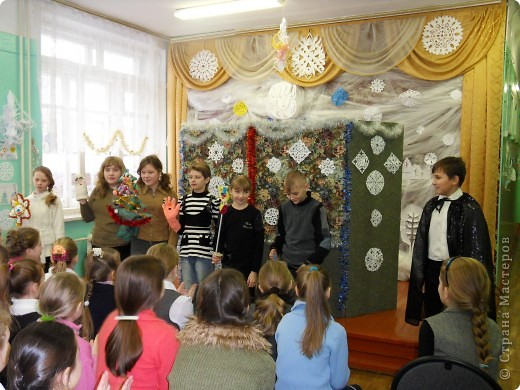 Спектакль про варежку, которая потерялась в новогоднюю ночь.  Куклы сшили сами на кружке.  Очень интересно играли мои дети из 6 класса. Показали для 1,2,3,4 классов. Я думаю, будет интересно посмотреть и деткам в детском саду, хотя и 5 классу полезно...  Поучительная история. Если кому надо, дам сценарий.   Наши герои: Елочка и варежка. Куклы перчаточные. фото 9
