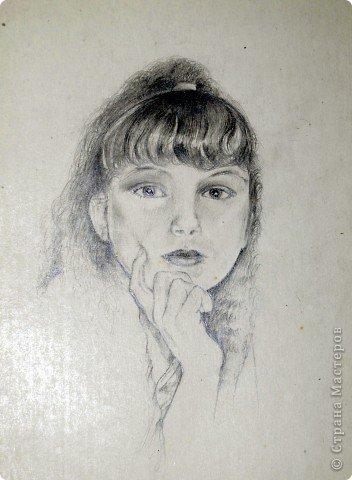 Этот портрет нарисован кажется сангиной, такой черный художественный мелок фото 3