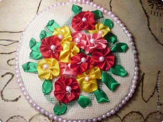 Очень легко и красиво. Как делать цветочки описано в поделке Подушечка от всего сердца.  http://stranamasterov.ru/node/131878