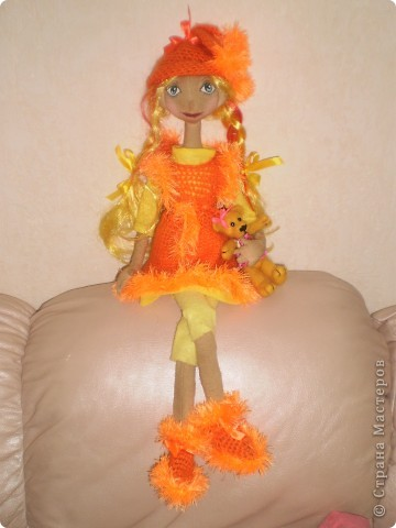 Это моя последняя и пока самая любимая кукла. Рост 70 см. Одежда связана крючком. Волосы искусственные.  фото 3
