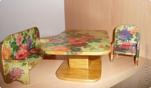 Вот по такому комплекту мебели сделал мой папа, а для моих дочек - дедушка. Я их немного облагородила, сделав декупаж.Дала каждому комплекту своё лицо. фото 4