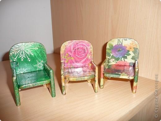 Вот по такому комплекту мебели сделал мой папа, а для моих дочек - дедушка. Я их немного облагородила, сделав декупаж.Дала каждому комплекту своё лицо. фото 5