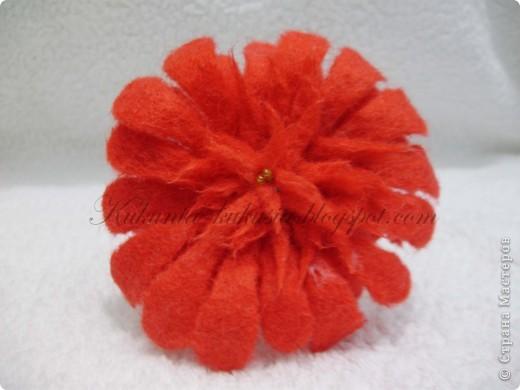 Цветок полностью выполнен в технике мокрого валяния. В серединке - бисер фото 1