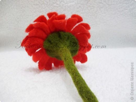 Цветок полностью выполнен в технике мокрого валяния. В серединке - бисер фото 3