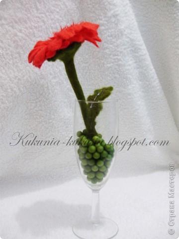 Цветок полностью выполнен в технике мокрого валяния. В серединке - бисер фото 4