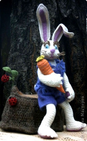 Зайка с морковкой на пеньке... фото 2