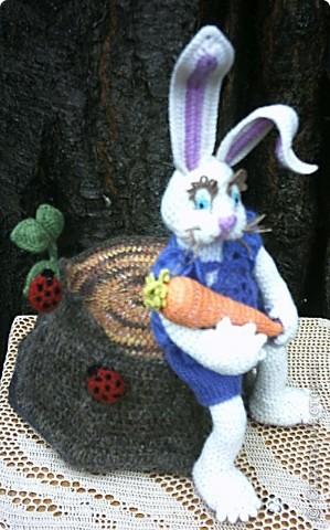 Зайка с морковкой на пеньке... фото 3