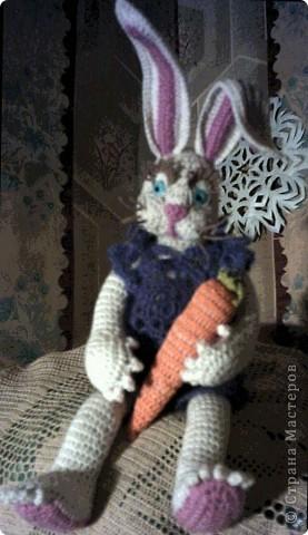 Зайка с морковкой на пеньке... фото 4