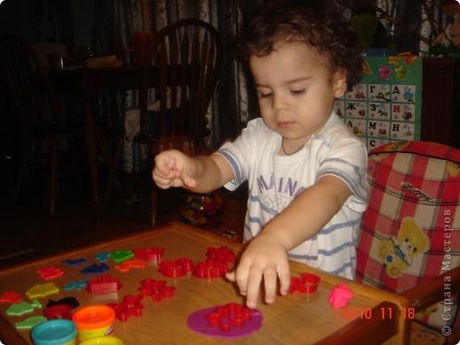 """Это наша """"шариковая """" семья. Я показала Сашуле (2,6) на одном шарике как делать. Остальные (маму и папу) он рисовал самостоятельно. фото 4"""