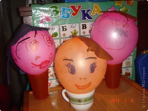 """Это наша """"шариковая """" семья. Я показала Сашуле (2,6) на одном шарике как делать. Остальные (маму и папу) он рисовал самостоятельно. фото 1"""