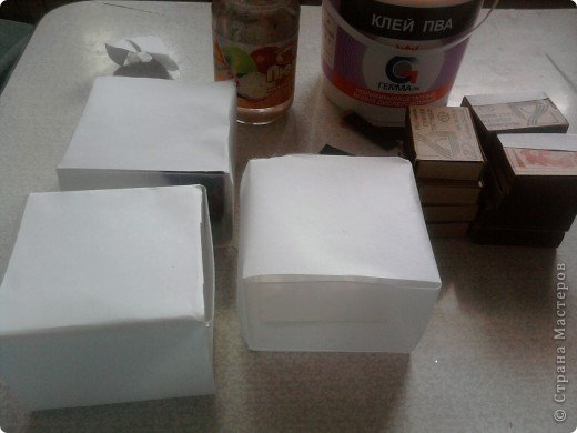 решила,что чего то не хватает и добавила ещё коробочку на верх.Это просто коробка из-под конфет обклеенная белой бумагой и салфетками,в качестве застёжки использовала кусочек кружева.Ещё декорировала коробочку наклейками бабочек фото 4