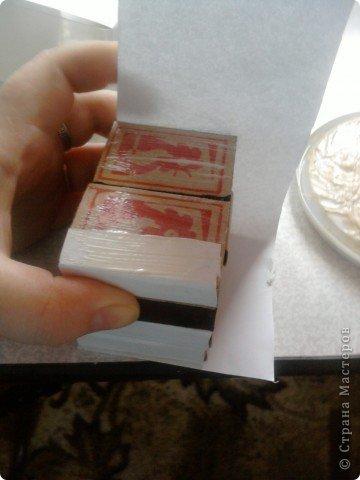 решила,что чего то не хватает и добавила ещё коробочку на верх.Это просто коробка из-под конфет обклеенная белой бумагой и салфетками,в качестве застёжки использовала кусочек кружева.Ещё декорировала коробочку наклейками бабочек фото 5