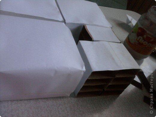 решила,что чего то не хватает и добавила ещё коробочку на верх.Это просто коробка из-под конфет обклеенная белой бумагой и салфетками,в качестве застёжки использовала кусочек кружева.Ещё декорировала коробочку наклейками бабочек фото 6