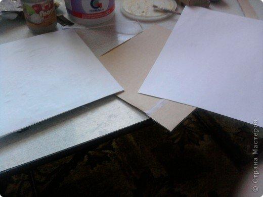 решила,что чего то не хватает и добавила ещё коробочку на верх.Это просто коробка из-под конфет обклеенная белой бумагой и салфетками,в качестве застёжки использовала кусочек кружева.Ещё декорировала коробочку наклейками бабочек фото 7