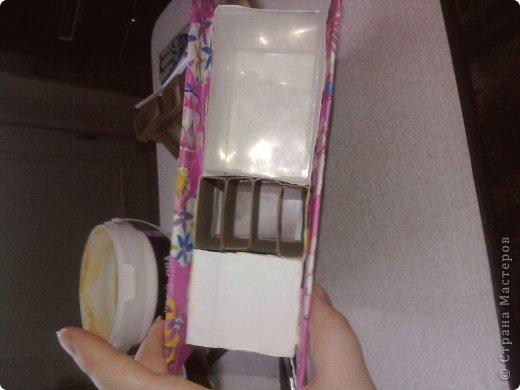 решила,что чего то не хватает и добавила ещё коробочку на верх.Это просто коробка из-под конфет обклеенная белой бумагой и салфетками,в качестве застёжки использовала кусочек кружева.Ещё декорировала коробочку наклейками бабочек фото 10
