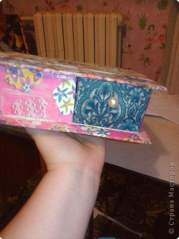 решила,что чего то не хватает и добавила ещё коробочку на верх.Это просто коробка из-под конфет обклеенная белой бумагой и салфетками,в качестве застёжки использовала кусочек кружева.Ещё декорировала коробочку наклейками бабочек фото 15