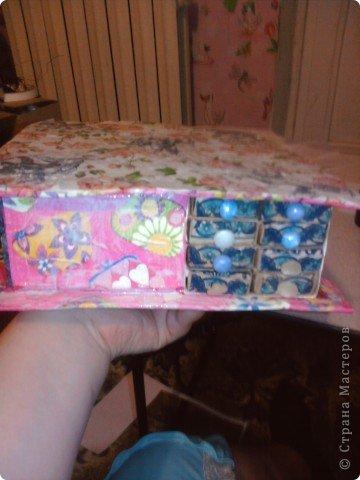 решила,что чего то не хватает и добавила ещё коробочку на верх.Это просто коробка из-под конфет обклеенная белой бумагой и салфетками,в качестве застёжки использовала кусочек кружева.Ещё декорировала коробочку наклейками бабочек фото 16