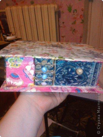 решила,что чего то не хватает и добавила ещё коробочку на верх.Это просто коробка из-под конфет обклеенная белой бумагой и салфетками,в качестве застёжки использовала кусочек кружева.Ещё декорировала коробочку наклейками бабочек фото 2