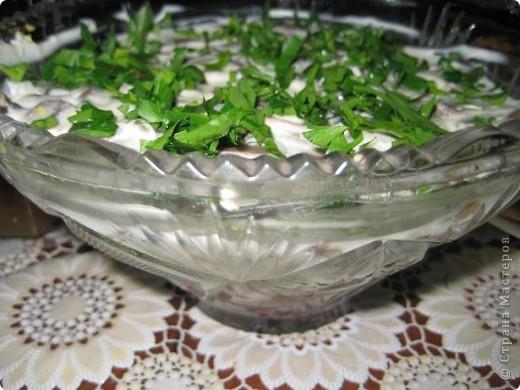 Салат с креветками. Креветки-150гр очищенных яйца-3шт ананасы-3 колечка крабовое мясо-100гр сыр-100гр сок лимона,майонез. Салат выкладывать слоям 1 слой-ананасы порезать кубиками 2 слой-яйца мелко порубить 3слой-измельченное мясо краба 4 слой -сыр натереть на терку 5 слой-красиво уложить крабы и полить их соком лимона.Остальные слои смазать майонезом Салат получается нежным и необычайно вкусным Его слопали в первую очередь.Рекомендую! Источник:http://www.vlastvkusa.ru/ фото 2