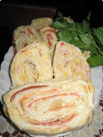 Салат с креветками. Креветки-150гр очищенных яйца-3шт ананасы-3 колечка крабовое мясо-100гр сыр-100гр сок лимона,майонез. Салат выкладывать слоям 1 слой-ананасы порезать кубиками 2 слой-яйца мелко порубить 3слой-измельченное мясо краба 4 слой -сыр натереть на терку 5 слой-красиво уложить крабы и полить их соком лимона.Остальные слои смазать майонезом Салат получается нежным и необычайно вкусным Его слопали в первую очередь.Рекомендую! Источник:http://www.vlastvkusa.ru/ фото 3