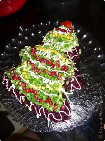 Морской салат....С пекинской капустой, креветками и кальмарами))))Здесь рецепт прост:Первый слой - пекинская капуста и немного красной икры, затем отварен. кальмары и креветки очищенные.И пару штук в панцире для украшения,и майонез в центр. фото 3