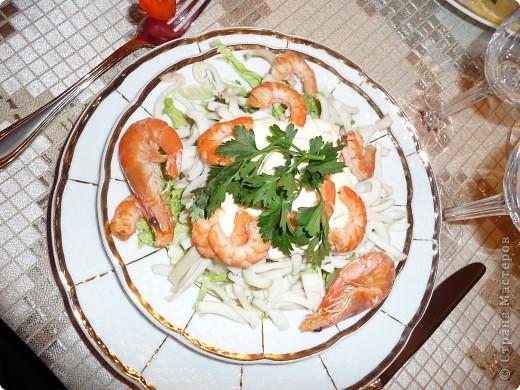 Морской салат....С пекинской капустой, креветками и кальмарами))))Здесь рецепт прост:Первый слой - пекинская капуста и немного красной икры, затем отварен. кальмары и креветки очищенные.И пару штук в панцире для украшения,и майонез в центр. фото 1