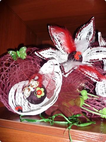 Сделала по известной любимой технике шары - овалы из ниток, разрезала и сделала цветы... фото 2