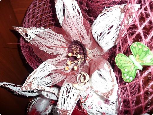 Сделала по известной любимой технике шары - овалы из ниток, разрезала и сделала цветы... фото 3