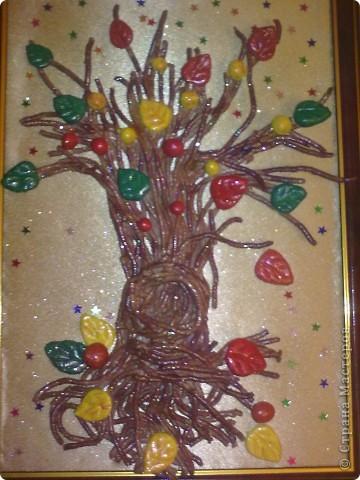 """рамка формата А4.Дерево сделано из соленого тесто. ствол и ветки сделаны с помощью чеснокодавилки. фон ткань ситец бежевого цвета с внутренней стороны приклеена на клеей момент, а с внешней стороны - клееем карандеш. разукрашено акварелью и закрепила бесцветным лаком. дерево приклеено к рамке клеем """"Момент"""". украсила конфетти и покрыла лаком для волос с блестками фото 2"""