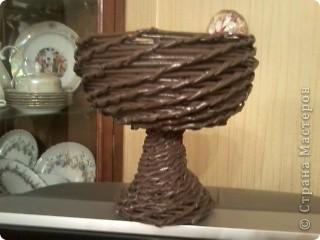 Была дома бабушкина стекляная отколотая ваза для фруктов. Выбросить было жалко..... вот получился поддон для цветов. фото 1