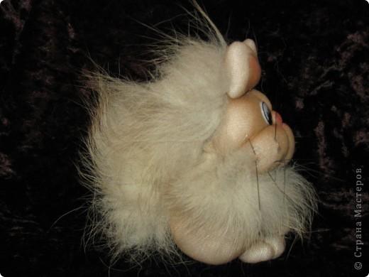 А вот такой кот (судя по выражению мордочки)  я сделала по МК Copilka. Правда лапки и передние и задние сразу же завязала еще до пришивания к голове - так показалось легче. Носик создала утяжками, усы из щетки. фото 2