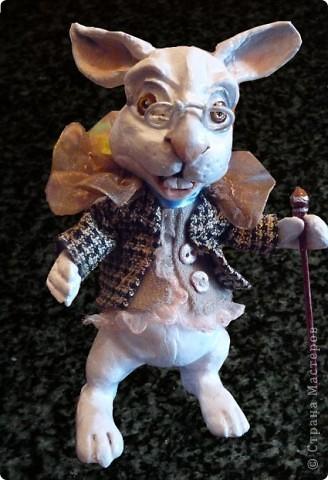 кролик из сказки Алиса в стране чудес