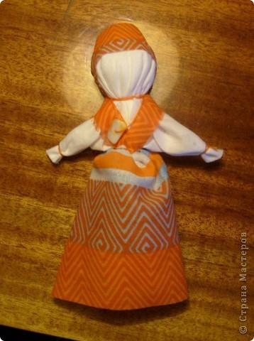 Недавно увидела у Наталии-54 чудесный подробный Мк по изготовлению тряпичных кукол http://stranamasterov.ru/node/58337 и  не смогла удержаться.   Для первого раза получилось, считаю, совсем неплохо, а уж если вспомнить, что последний раз с тканью я работала в школе на уроках труда... Больше всего куклам обрадовалась кошка, которой очень понравилось спать на ткани, и кот, который под шумок упер Толстушку, так что я ее до сих пор не могу найти))   Вот они стоят фото 5