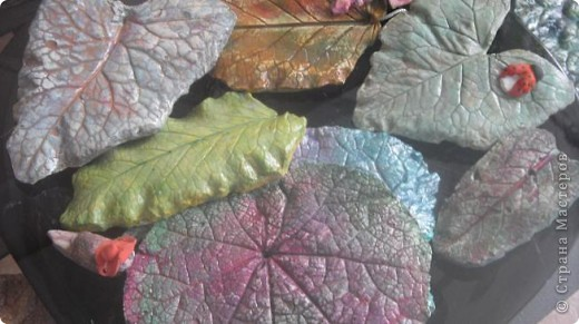 Осень дарит нам щедрые краски, которые могут нас радовать круглый год, если мы немного постараемся. Соберем фактурные листья, отольем в гипсе и раскрасим, как душе угодно. Ну и конечно украсим свой дом. фото 1