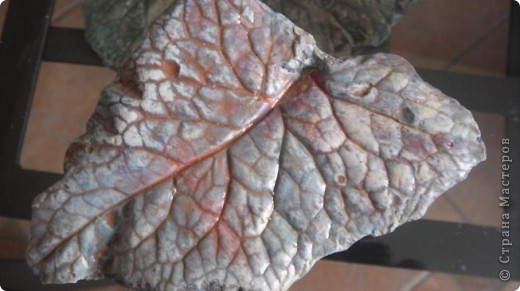 Осень дарит нам щедрые краски, которые могут нас радовать круглый год, если мы немного постараемся. Соберем фактурные листья, отольем в гипсе и раскрасим, как душе угодно. Ну и конечно украсим свой дом. фото 5