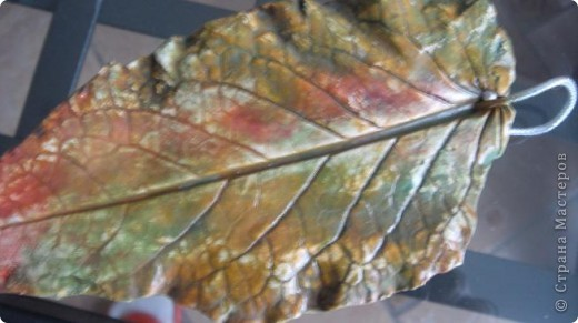 Осень дарит нам щедрые краски, которые могут нас радовать круглый год, если мы немного постараемся. Соберем фактурные листья, отольем в гипсе и раскрасим, как душе угодно. Ну и конечно украсим свой дом. фото 14