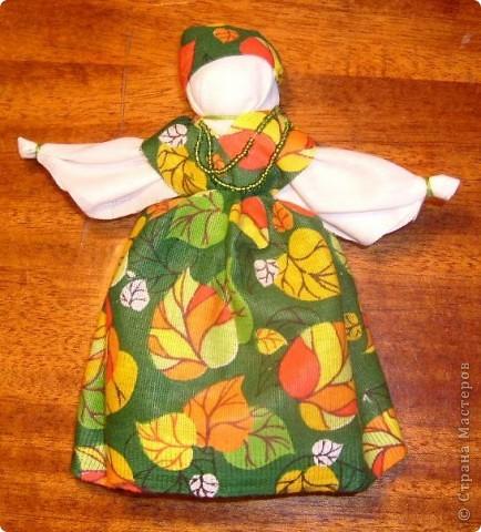Недавно увидела у Наталии-54 чудесный подробный Мк по изготовлению тряпичных кукол http://stranamasterov.ru/node/58337 и  не смогла удержаться.   Для первого раза получилось, считаю, совсем неплохо, а уж если вспомнить, что последний раз с тканью я работала в школе на уроках труда... Больше всего куклам обрадовалась кошка, которой очень понравилось спать на ткани, и кот, который под шумок упер Толстушку, так что я ее до сих пор не могу найти))   Вот они стоят фото 3