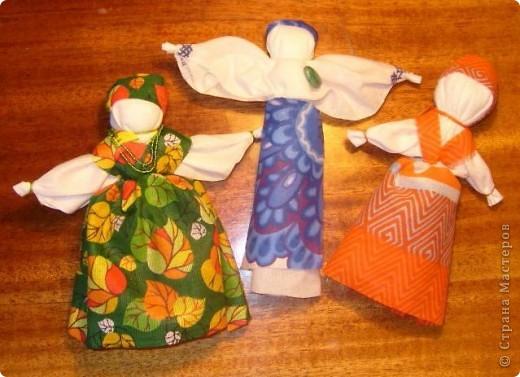 Недавно увидела у Наталии-54 чудесный подробный Мк по изготовлению тряпичных кукол http://stranamasterov.ru/node/58337 и  не смогла удержаться.   Для первого раза получилось, считаю, совсем неплохо, а уж если вспомнить, что последний раз с тканью я работала в школе на уроках труда... Больше всего куклам обрадовалась кошка, которой очень понравилось спать на ткани, и кот, который под шумок упер Толстушку, так что я ее до сих пор не могу найти))   Вот они стоят фото 2