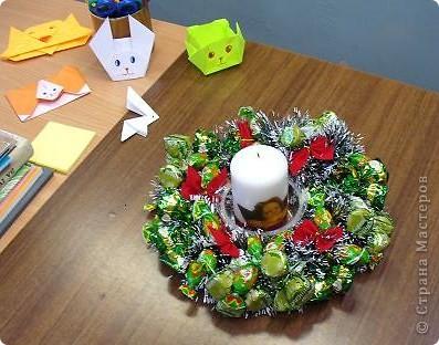 Венок из конфет с добавлением мишуры и елочных бантиков. Дополнен свечой с декупажем. фото 3